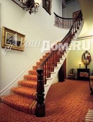 Деревянная лестница, в которой использованы восьмиугольные столб и балясины (Средневековый стиль). Фото 2
